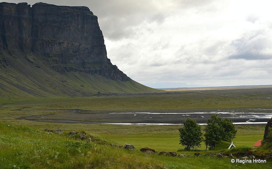 Núpsstaðakirkja turf church and Mt. Lómagnúpur