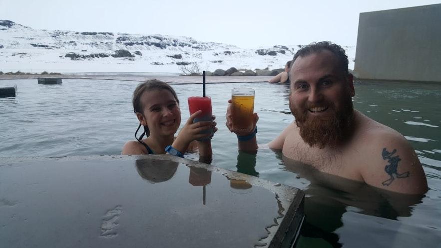 Бар с местными напитками прямо в воде в купальне «Вёк»