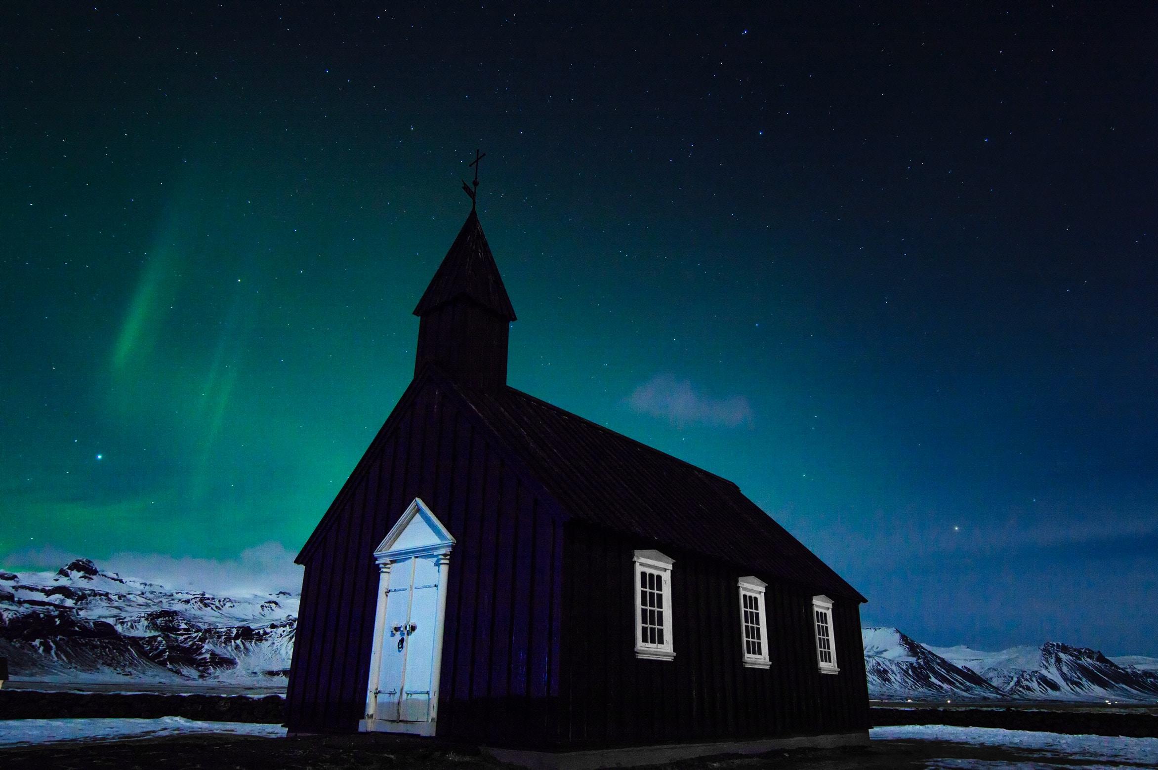 La Iglesia negra de Buðir tiene vistas al océano en la península de Snæfellsnes en Islandia.