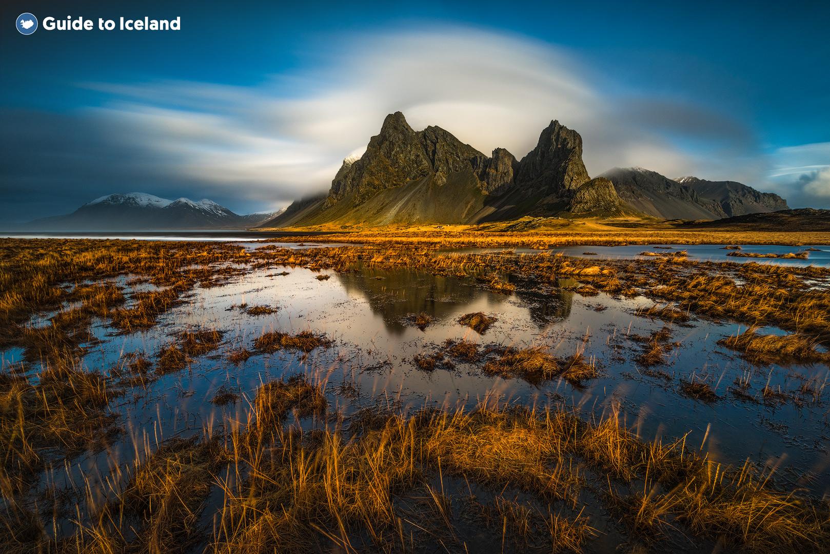 La montagne Eystrahorn, dans l'Est de l'Islande, surplombant un lac en été.