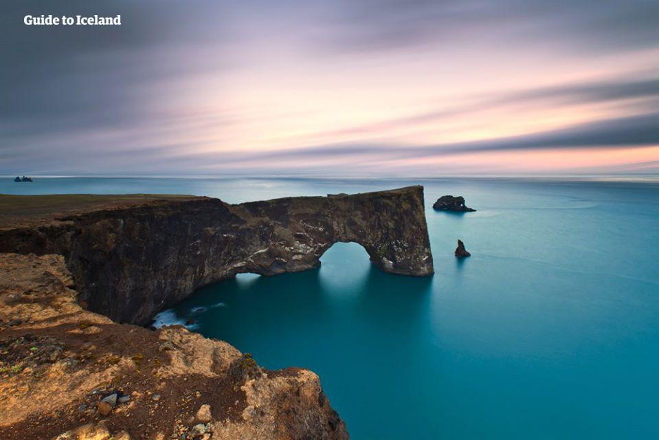 아이슬란드 남부해안에 위치한 특이한 형상의 디르홀레이 바위.