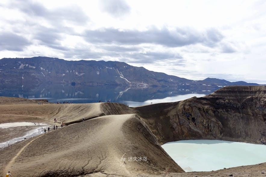 阿斯基亚的特色是两个紧邻的火山湖