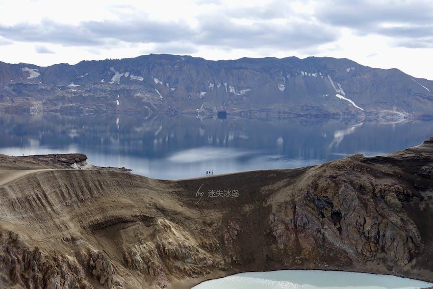 阿斯基亚火山湖比想象中要大不少,走在其间,人成了蚂蚁般的存在