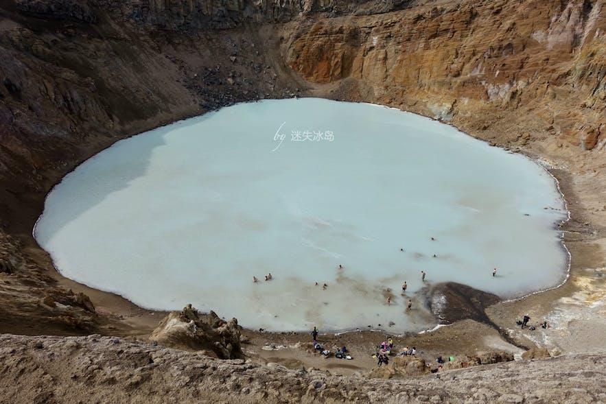 小一些的Víti火山湖富含丰富的矿物质,颜色亮丽