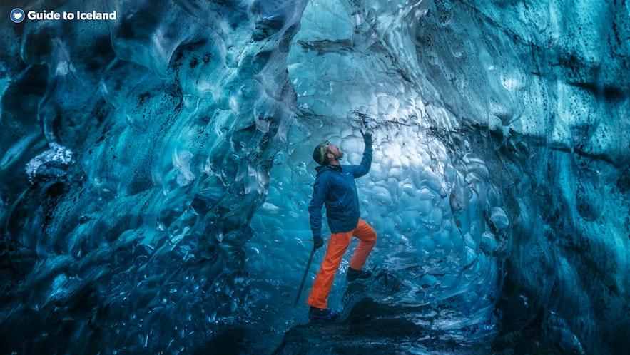 蓝冰洞的色彩受天气及光线影响