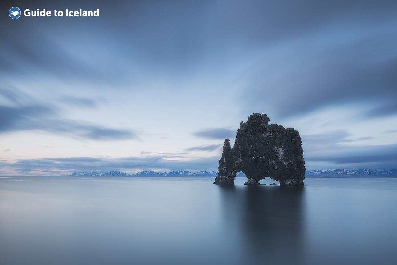 Die Felsformation Hvitserkur unter einem leicht bedeckten Himmel