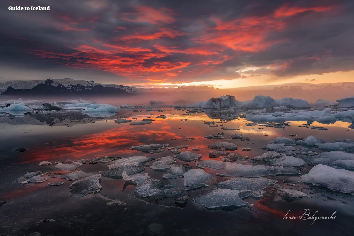 午夜阳光之下的冰岛南岸杰古沙龙冰河湖
