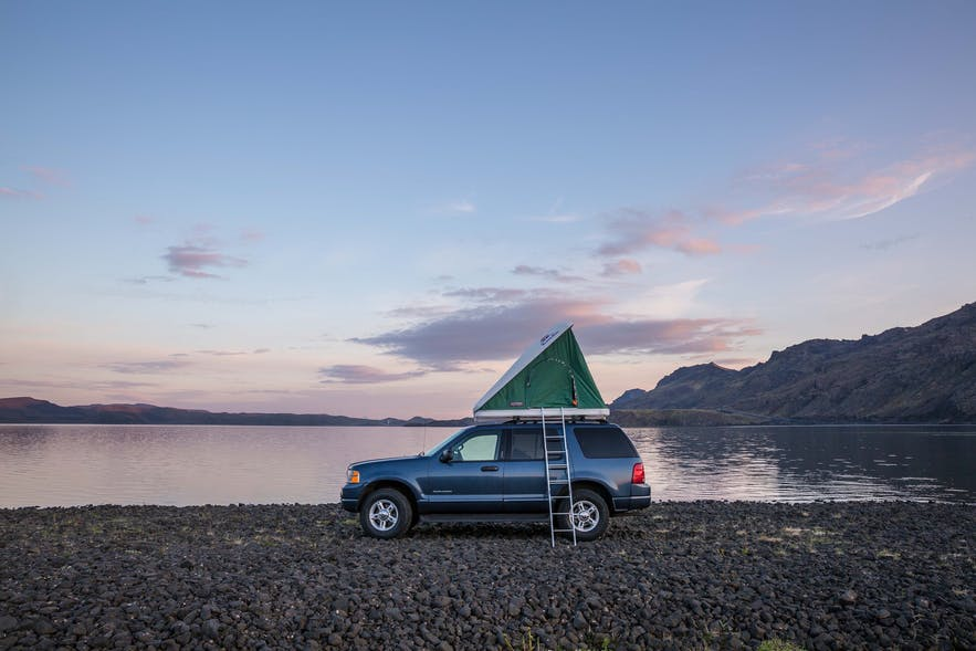 Photo d'un 4x4 avec tente de toit en Islande