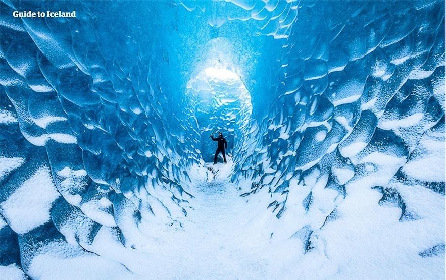 アイスアックスを振るって氷の洞窟を探検する