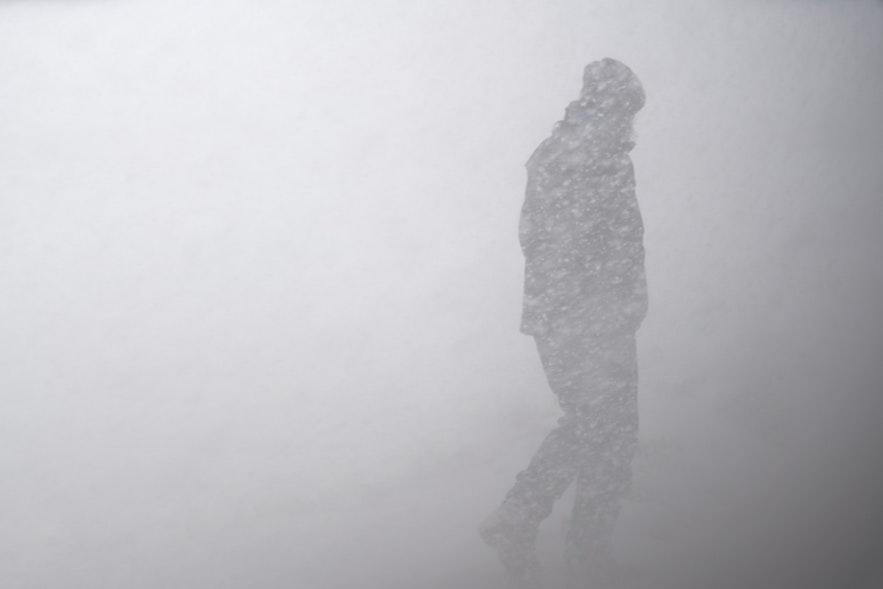 風暴中的冰島公路能見度極低,貿然出行非常危險