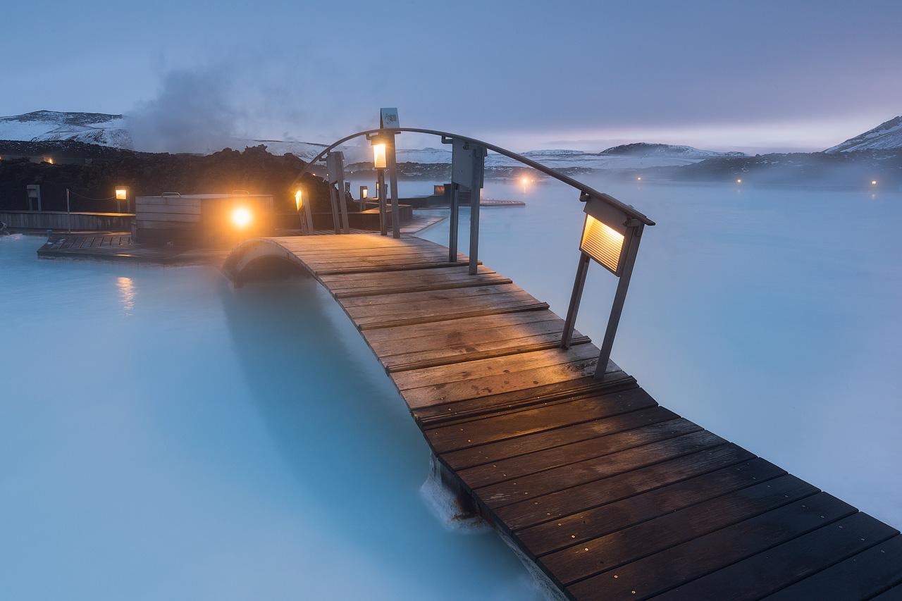 สะพานทางเดินเหนือสปาบลูลากูนในประเทศไอซ์แลนด์