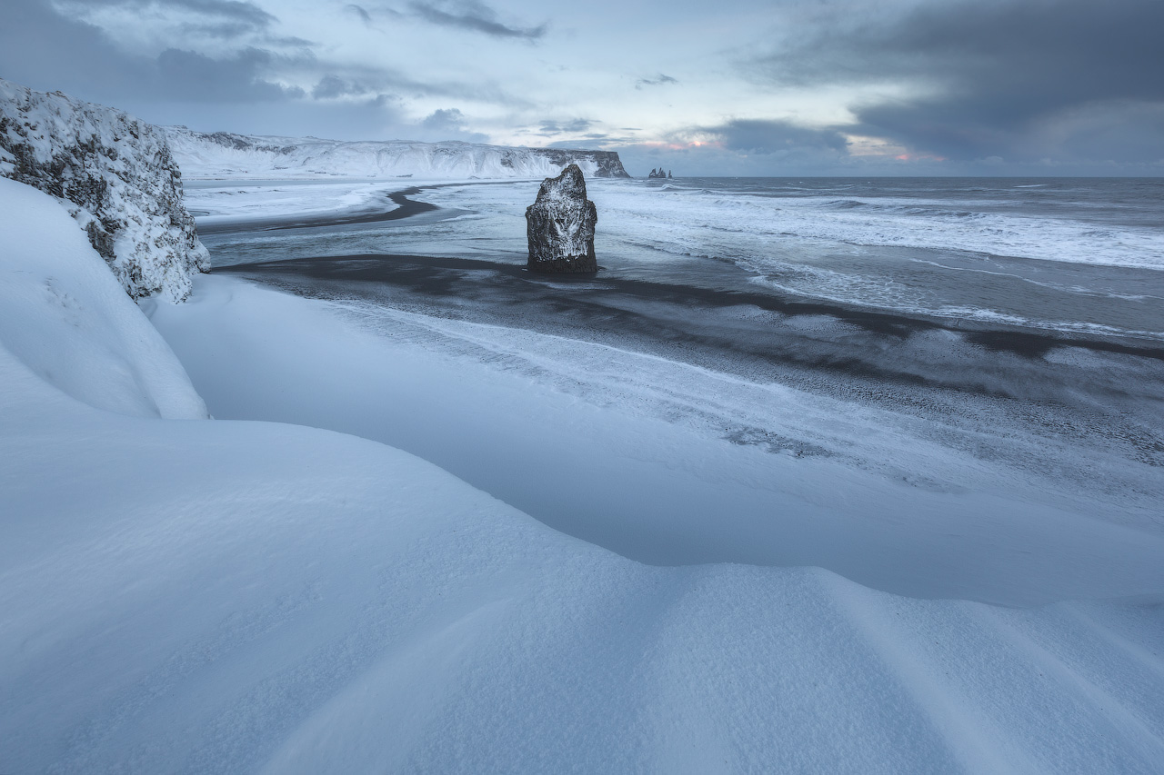 冰岛南岸的雷尼斯黑沙滩冬季时银装素裹