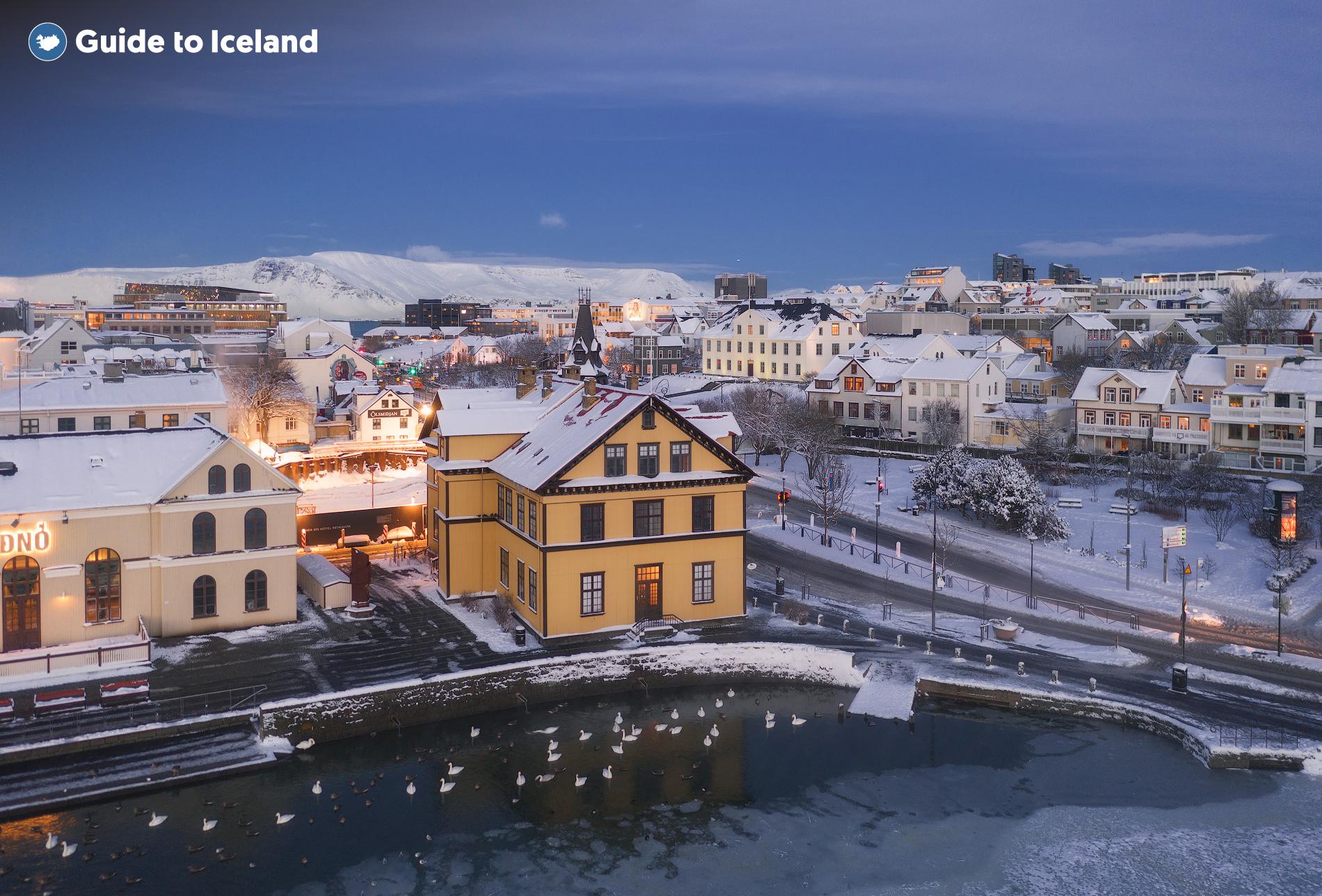 Farbenfrohe Gebäude direkt neben dem See Tjörnin im Stadtzentrum von Reykjavik