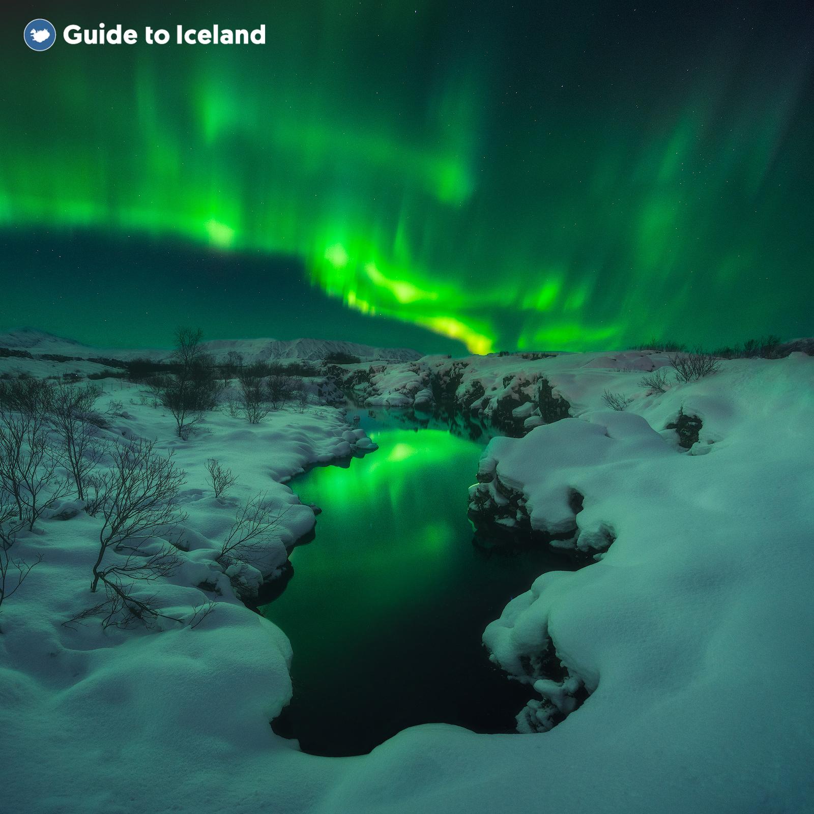 Die Nordlichter erhellen eine Winterlandschaft in Island