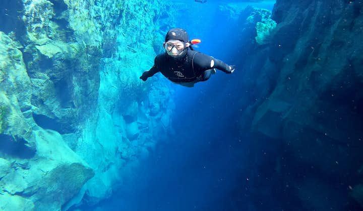 Snorkeltur med våtdräkt i Silfra med undervattensfoton   Transfer ingår