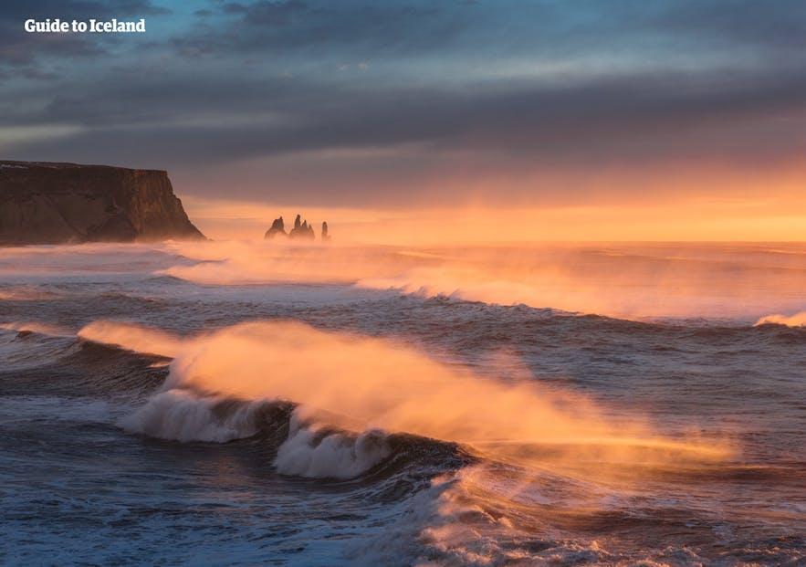 Vågor slår i land vid Reynisfjaras svarta sandstrand