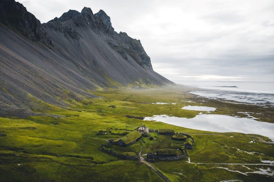 Een Vikingdorp gelegen in de oostfjorden, bij de berg Vestrahorn