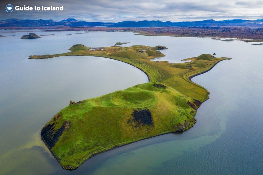 Het Mývatn-meer is in kleurrijke tinten blauw en groen