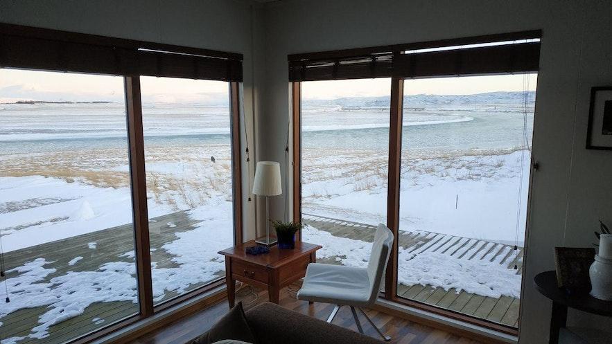 Grandes ventanales en el salón principal