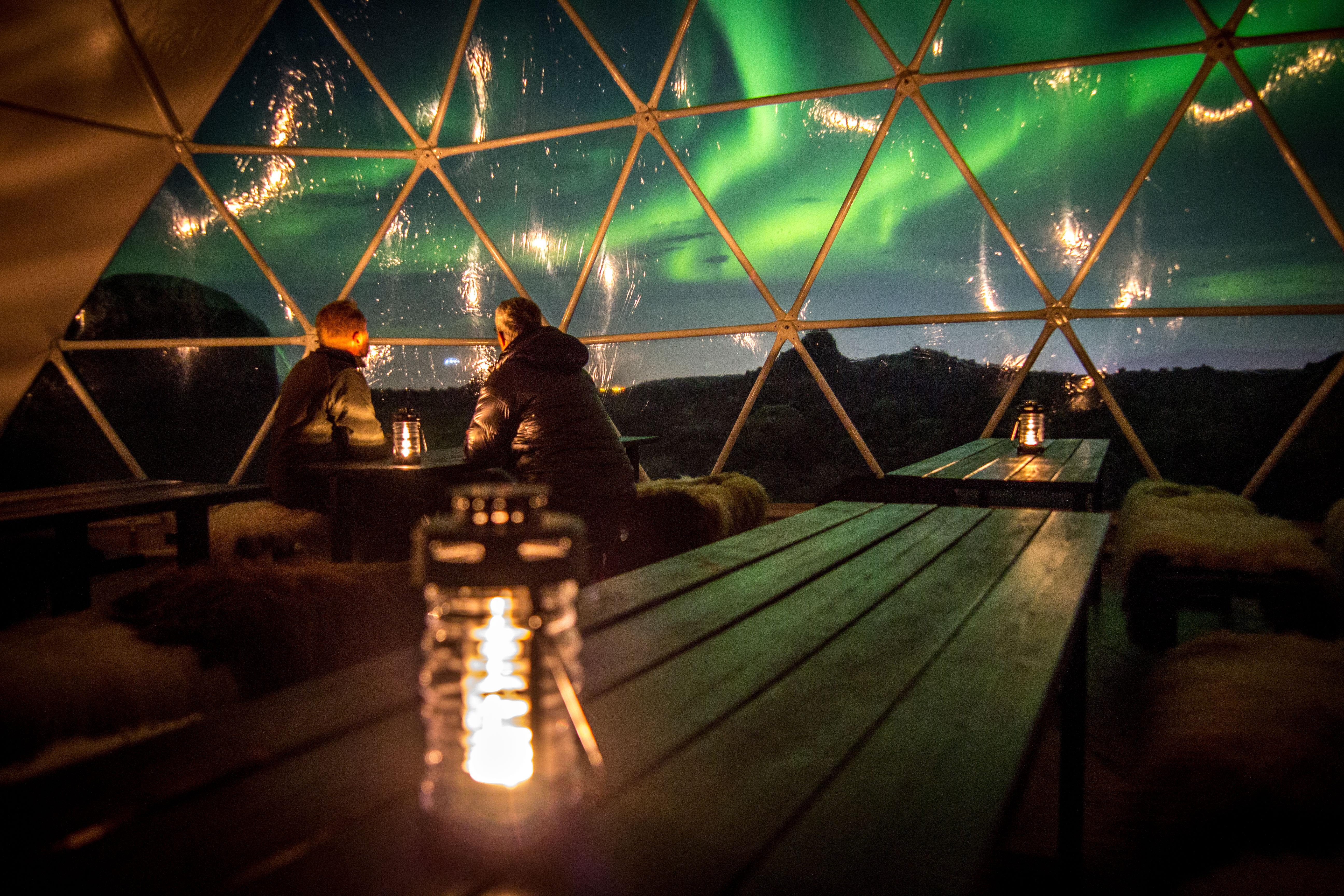 Un couple regarde les aurores boréales dans l'Observatoire