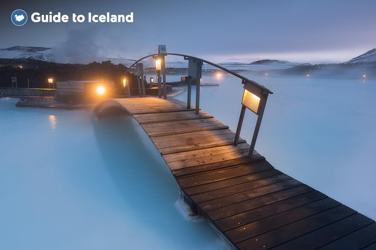 Eine Brücke über die Blaue Lagune, ein weltberühmtes Wellnessbad in Island.
