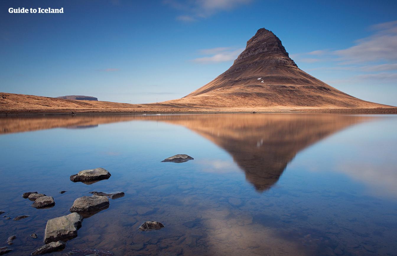 Der Berg Kirkjufell auf der Halbinsel Snaefellsnes in Island.