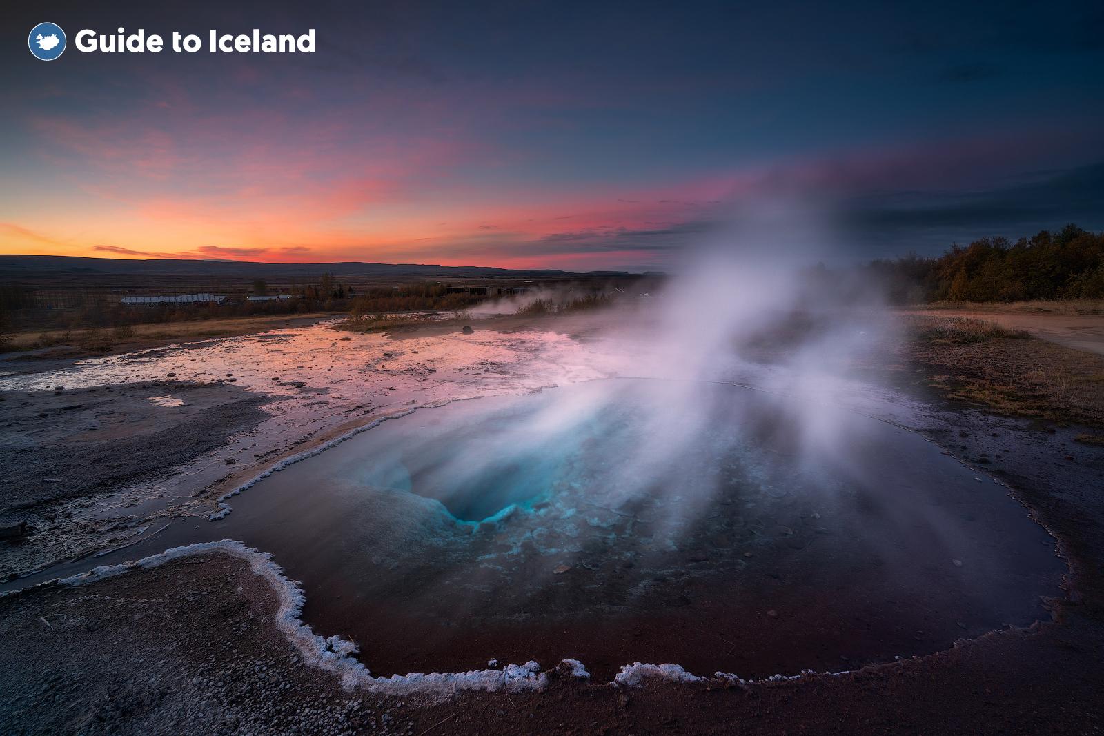 Les eaux riches en minéraux d'un geyser dans la zone géothermique de Geysir.