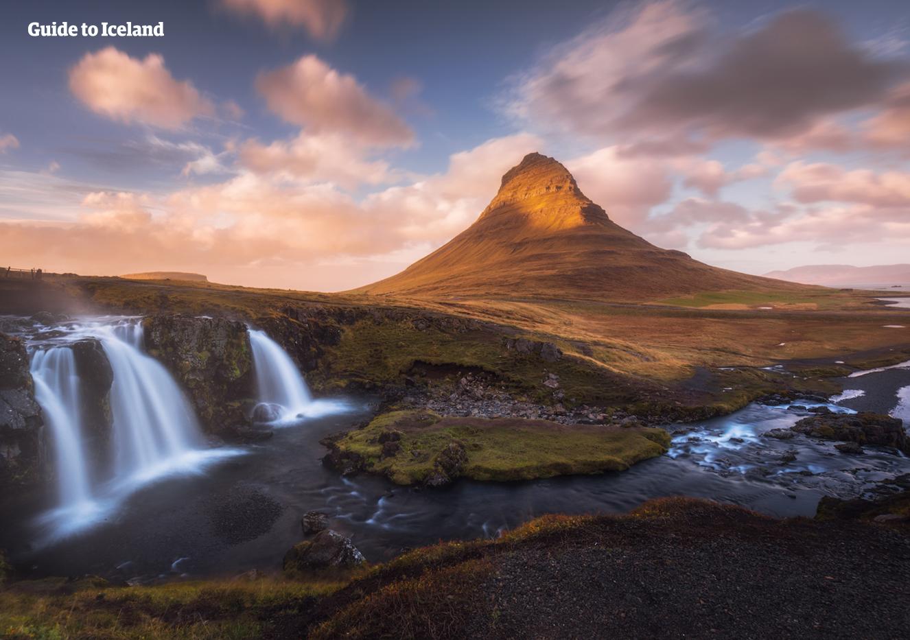 An der Nordküste der Halbinsel Snaefellsnes befindet sich der bei Fotografen und Bergsteigern gleichermaßen beliebte Berg Kirkjufell.