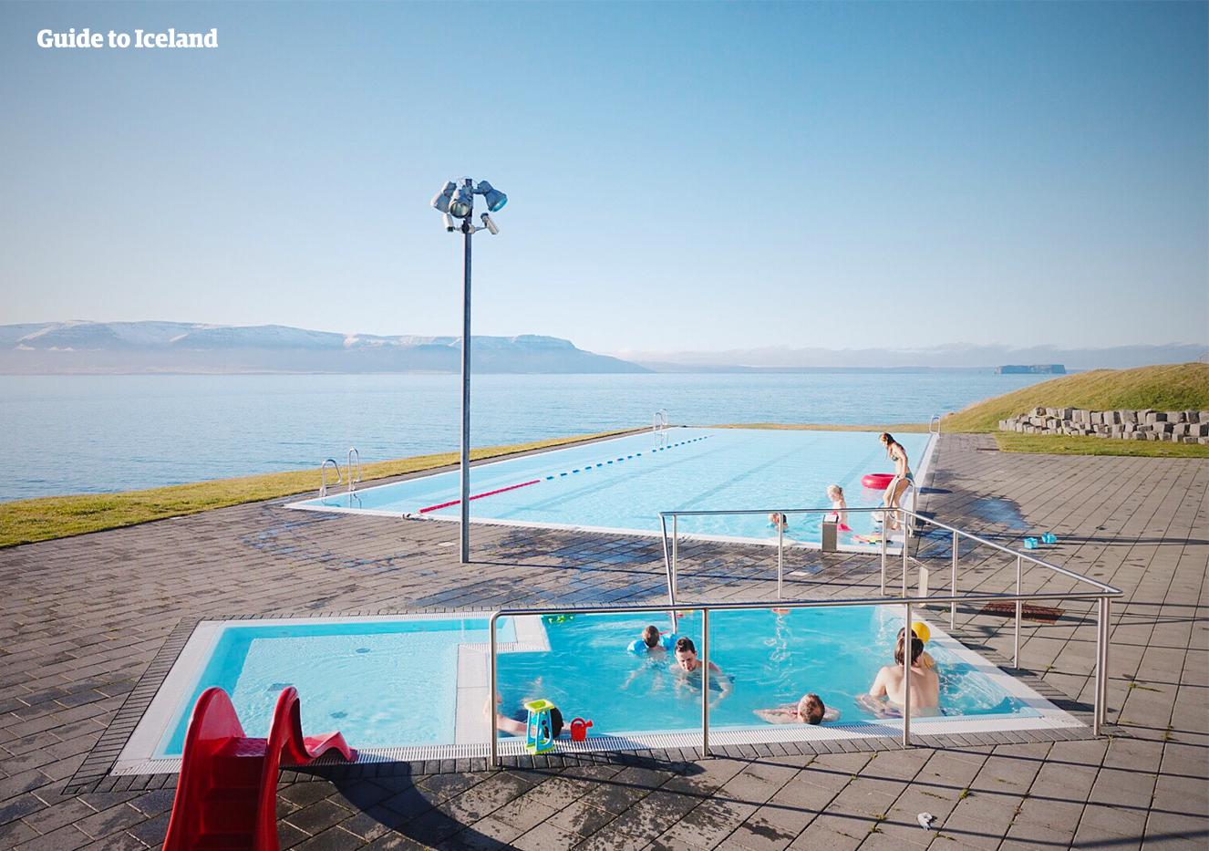 Das berühmte Schwimmbad von Hofsos, mit Blick auf den Fjord.