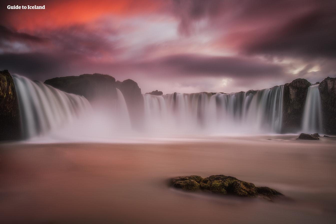 La cascade Godafoss dans le nord de l'Islande a une longue histoire datant de l'an 1000