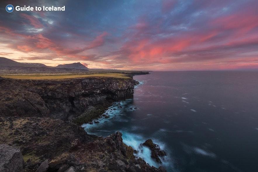 Eine isländische Küste bei Sonnenuntergang
