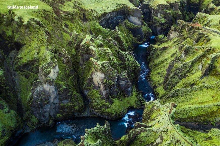 Zu den dramatischeren Landschaften Islands gehören tiefe Schluchten wie diese.