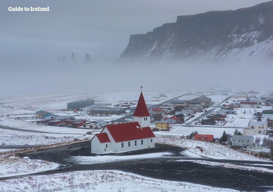 Das Örtchen Vik an Islands Südküste im Winter.