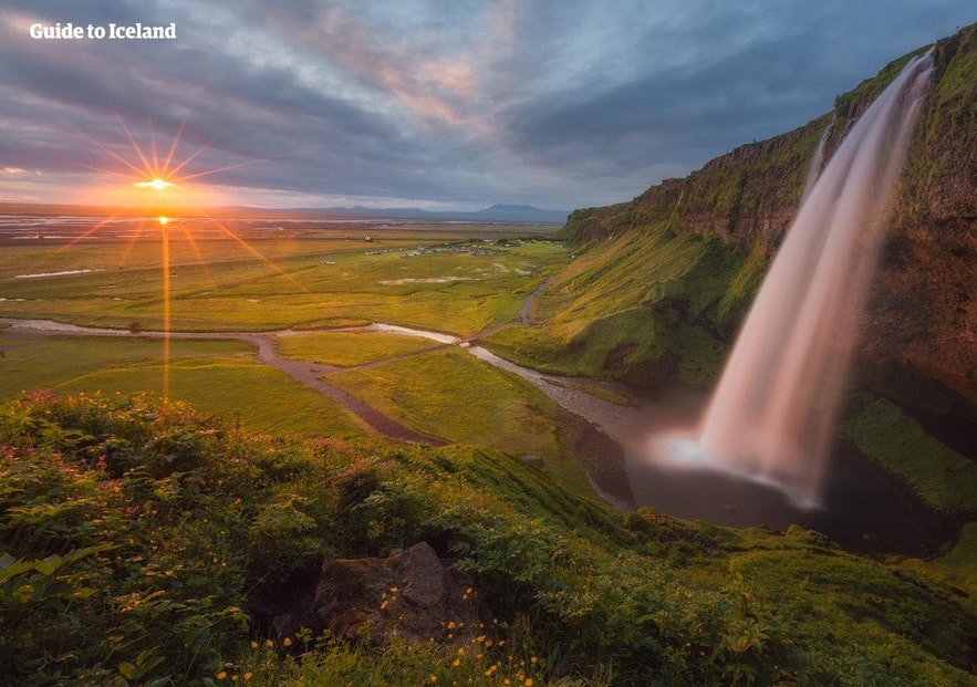 Der Seljalandsfoss-Wasserfall in der Abendsonne
