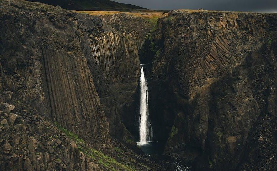 Mehrere Wasserfälle in Island sind von sechseckigen Basaltsäulen umgeben.