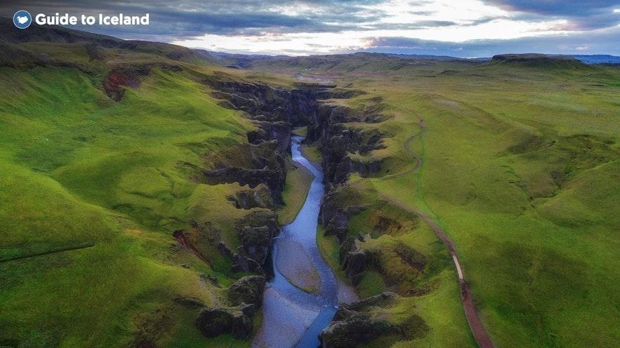 Eine Schlucht zieht sich durch die Landschaft des isländischen Hochlands.
