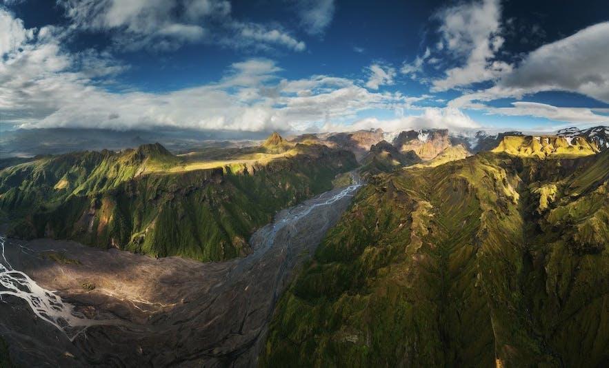 Schroffe Berge im isländischen Hochland