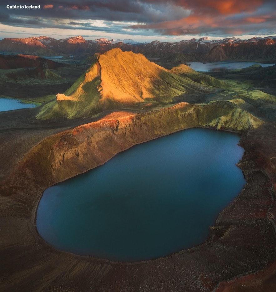 Ein Kratersee im Hochland