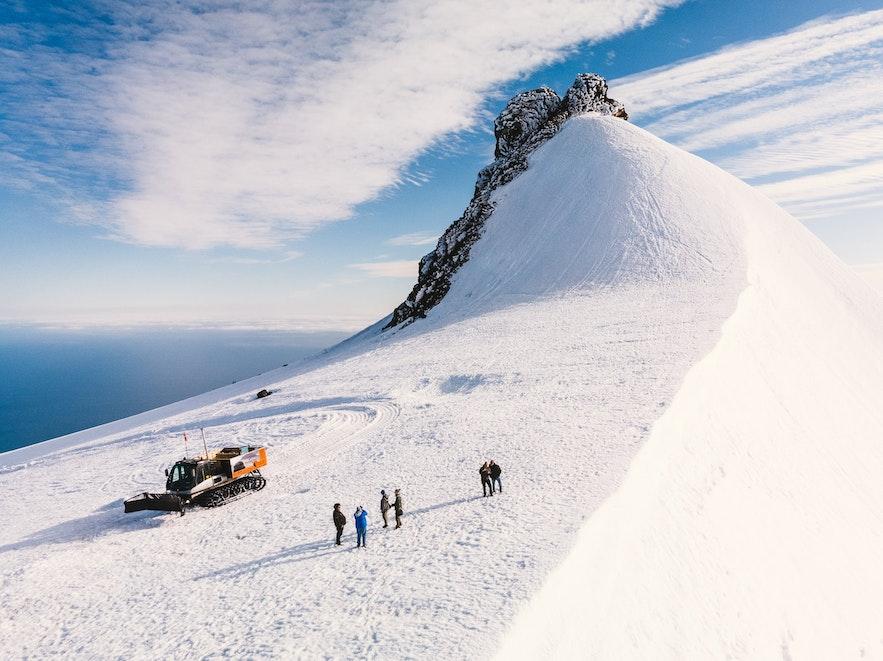 乘坐冰原雪车是游览斯奈菲尔冰川的最佳方式