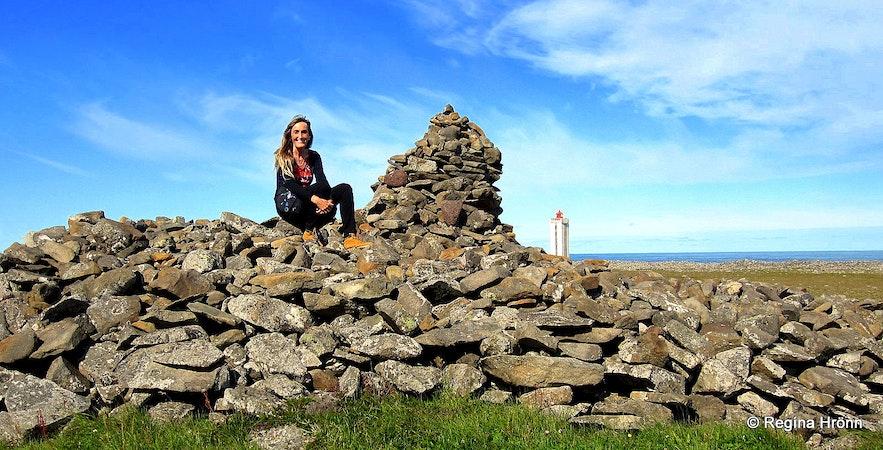 Regína at Þorgeirsdys burial mound at Hraunhafnartangi spit