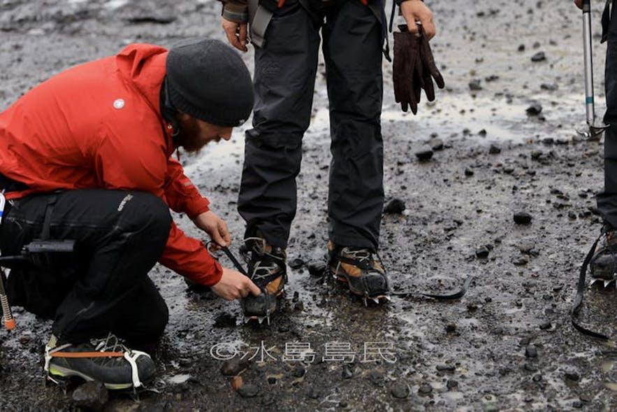 冰島冰川導遊正在檢查裝備