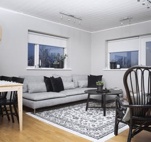 Perfect location, 3 bdr apartment.