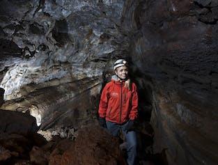 少人数グループで溶岩洞窟探検