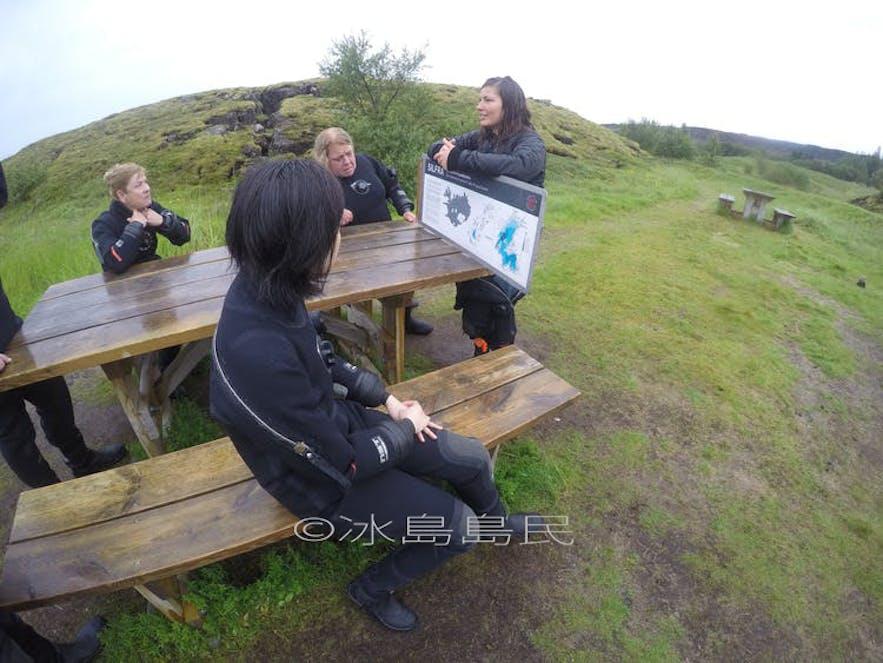 正在講解中的冰島浮潛導遊