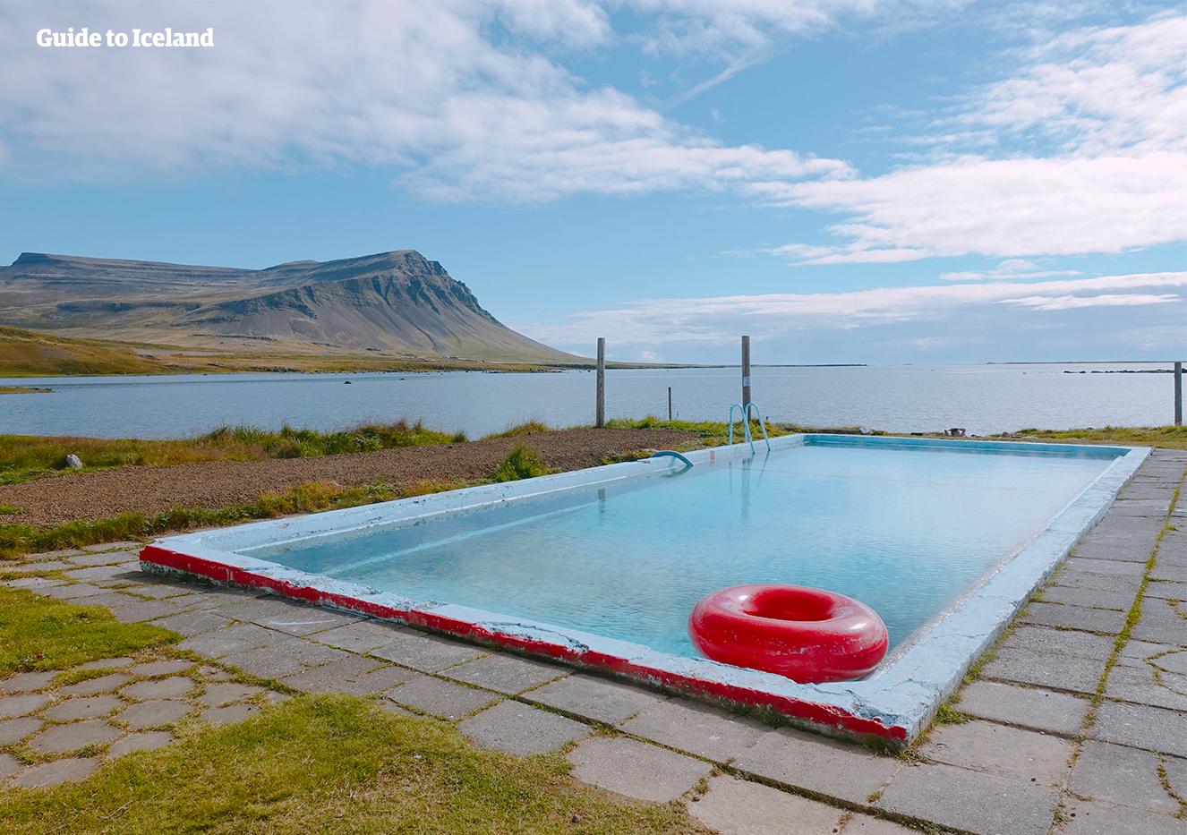 Das Schwimmbecken Birkimelur liegt in Patreksfjördur in den Westfjorden.