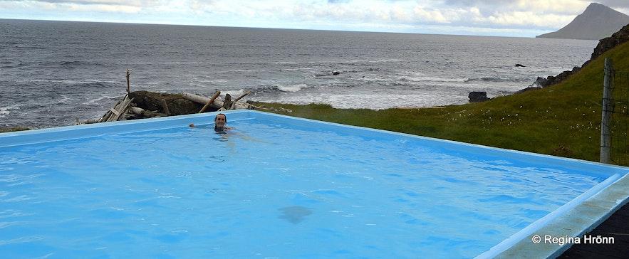 Regína in Krossneslaug swimming pool