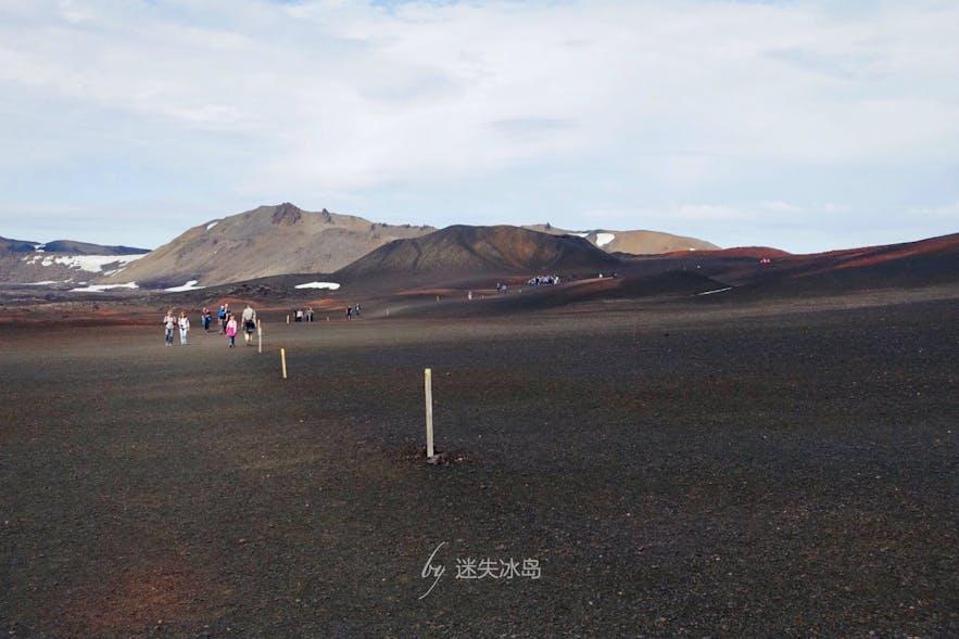浩浩荡荡的徒步去阿斯基亚火山的人们