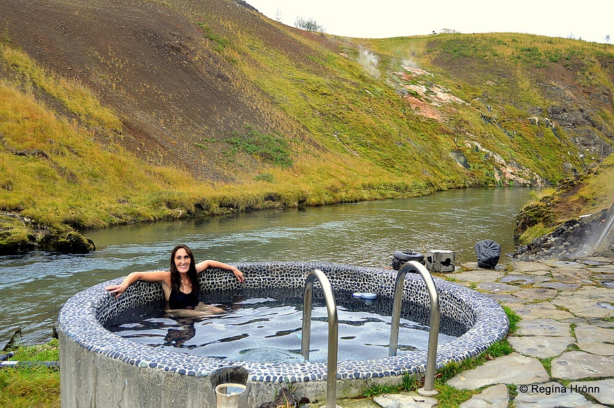 Regína soaking in a hot tub at the Frost and Fire hotel