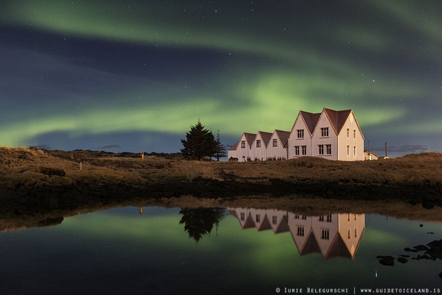 아이슬란드 남부 씽베들리르의 계곡 위로 보이는 오로라