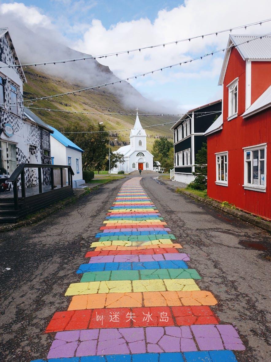 冰岛东部的神仙小镇塞济斯菲尔泽有一座美丽的彩虹教堂